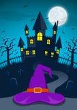 Fondo de la noche de Halloween con el sombrero de la bruja y el castillo frecuentado stock de ilustración