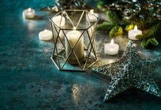 Fondo de la oscuridad de la decoración de las velas y de las luces de la Navidad de las estrellas Fotografía de archivo
