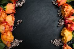 Fondo de la oscuridad de las rosas del otoño del rojo anaranjado foto de archivo libre de regalías