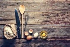 Fondo de la panadería Cocina casera Accesorios, harina y huevos de la cocina Visión desde arriba Fotos de archivo libres de regalías
