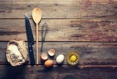Fondo de la panadería Cocina casera Accesorios, harina y huevos de la cocina Visión desde arriba Fotografía de archivo libre de regalías