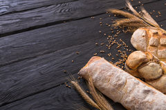 Fondo de la panadería del pan Brown y composición blanca de los panes del grano del trigo Imagenes de archivo
