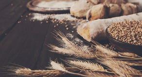 Fondo de la panadería del pan Brown y composición blanca de los panes del grano del trigo Foto de archivo