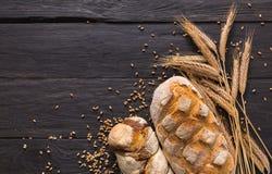 Fondo de la panadería del pan Brown y composición blanca de los panes del grano del trigo Fotografía de archivo libre de regalías