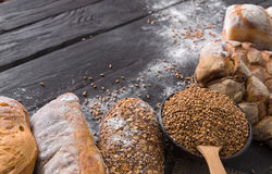 Fondo de la panadería del pan Brown y composición blanca de los panes del grano del trigo Fotografía de archivo
