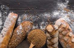 Fondo de la panadería del pan Brown y composición blanca de los panes del grano del trigo Foto de archivo libre de regalías