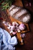 Fondo de la panadería, ingredientes que cuecen sobre counte rústico de la cocina imagen de archivo libre de regalías