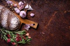 Fondo de la panadería, ingredientes que cuecen sobre counte rústico de la cocina imágenes de archivo libres de regalías