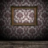 Fondo de la pared de la vendimia con el marco vacío del oro Foto de archivo libre de regalías