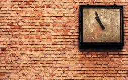 Fondo de la pared de ladrillo con el reloj Fotografía de archivo libre de regalías