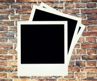 Fondo de la pared de ladrillo con la polaroid Foto de archivo libre de regalías