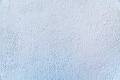 Fondo de la pared grabada en relieve pintada gris con final áspero agrietado fotos de archivo libres de regalías