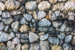 Fondo de la pared de piedra y alambre de la malla imagen de archivo
