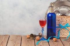 Fondo de la pascua judía con el vino, el matzoh y la placa del seder Fotos de archivo libres de regalías