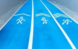 Fondo de la pista azul para la competencia corriente en el estadio Fotos de archivo