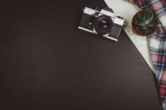 Fondo de la pizarra del negro de la opinión superior de los accesorios del viaje con el espacio de la copia Fotografía de archivo
