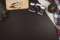 Fondo de la pizarra del negro de la opinión superior de los accesorios del viaje con el espacio de la copia Fotos de archivo