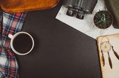 Fondo de la pizarra del negro de la opinión superior de los accesorios del viaje con el espacio de la copia Imágenes de archivo libres de regalías
