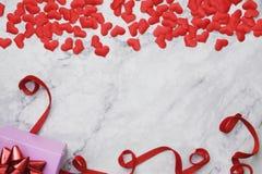 fondo de la Plano-endecha para el día de tarjeta del día de San Valentín, amor, corazones, espacio de la copia de la caja de rega foto de archivo libre de regalías