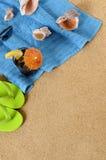 Fondo de la playa con cola helada y chancletas Imagen de archivo libre de regalías
