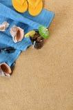 Fondo de la playa con cola helada y chancletas Fotos de archivo