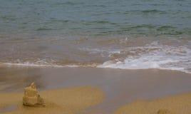Fondo de la playa con la construcción de la arena imagen de archivo libre de regalías