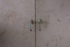 Fondo de la puerta con la cerradura en material del metal y del copyspace en la pared Imagenes de archivo
