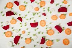 Fondo de la remolacha cortada, zanahoria, guisantes, cebolla Visión superior Imágenes de archivo libres de regalías