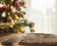 Fondo de la tabla de la Navidad con el árbol de navidad desenfocado Imágenes de archivo libres de regalías