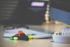 Fondo de la tabla de la oficina con el teléfono, los auriculares y el teclado de ordenador Concepto del lugar de trabajo o del es Imagenes de archivo