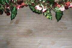 Fondo de la tabla del fondo, de la Navidad del día de fiesta de la Navidad con el árbol de navidad adornado y guirnaldas Foto de archivo