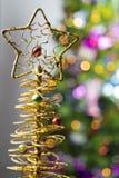 Fondo de la tabla del fondo, de la Navidad del día de fiesta de la Navidad con el árbol de navidad adornado y guirnaldas Imagen de archivo