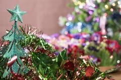 Fondo de la tabla del fondo, de la Navidad del día de fiesta de la Navidad con el árbol de navidad adornado y guirnaldas Fotografía de archivo