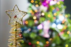 Fondo de la tabla del fondo, de la Navidad del día de fiesta de la Navidad con el árbol de navidad adornado y guirnaldas Fotos de archivo libres de regalías