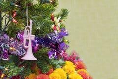 Fondo de la tabla del fondo, de la Navidad del día de fiesta de la Navidad con el árbol de navidad adornado y guirnaldas Foto de archivo libre de regalías