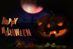 Fondo de la tarjeta de la calabaza del feliz Halloween con la luna y el caramelo de la noche Imagen de archivo