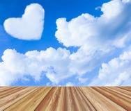 Fondo de la tarjeta del día de San Valentín Sobremesa del tablero de madera sobre el cielo azul con Fotografía de archivo