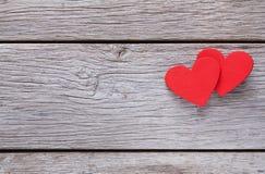Fondo de la tarjeta del día de San Valentín con los corazones hechos a mano en la madera rústica Fotos de archivo