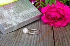 Fondo de la tarjeta del día de San Valentín s Anillo de plata adornado con una perla como regalo al día de amor Fotografía de archivo libre de regalías