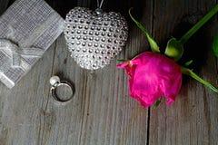 Fondo de la tarjeta del día de San Valentín s Anillo de plata adornado con una perla como regalo al día de amor Fotografía de archivo