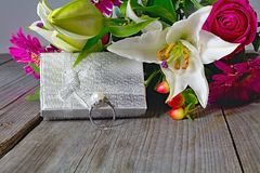 Fondo de la tarjeta del día de San Valentín s Anillo de plata adornado con una perla como regalo al día de amor Imagen de archivo libre de regalías