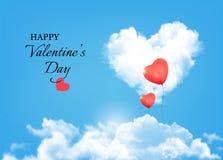 Fondo de la tarjeta del día de San Valentín con las nubes y los globos del corazón Fotos de archivo