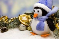 Fondo de la tarjeta del ` s del Año Nuevo con el pingüino de la Navidad Fotografía de archivo libre de regalías