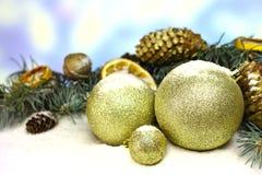 Fondo de la tarjeta del ` s del Año Nuevo con las decoraciones del arte del oro de la Navidad Fotos de archivo libres de regalías