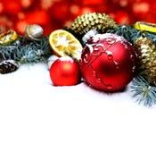 Fondo de la tarjeta del ` s del Año Nuevo con las decoraciones rojas del arte de la Navidad Fotografía de archivo