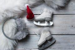 Fondo de la tarjeta de felicitación del invierno - patines blancos lindos en estilo rústico imagenes de archivo