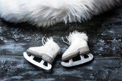 Fondo de la tarjeta de felicitación del invierno - patines blancos lindos en estilo rústico foto de archivo libre de regalías