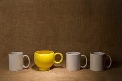 Fondo de la taza de café - proyector en la taza amarilla Imagen de archivo libre de regalías