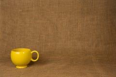 Fondo de la taza de café - taza amarilla Foto de archivo libre de regalías