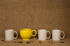 Fondo de la taza de café - taza y habas únicas Imagen de archivo libre de regalías